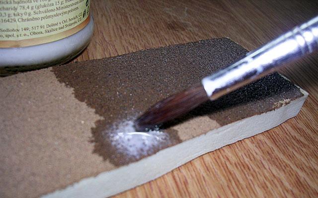 zakapávání povrchu lepidlem